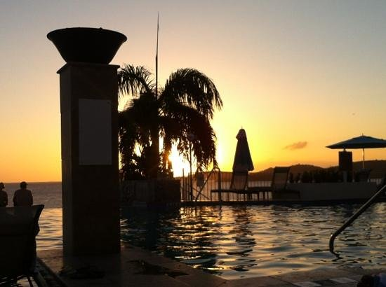 Marriott Frenchman's Reef & Morning Star Beach Resort: Infinity pool at sunset