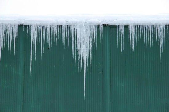 تشينا هوت سبرنجز ريزورت:                   icicles outside geothermal hangar                 