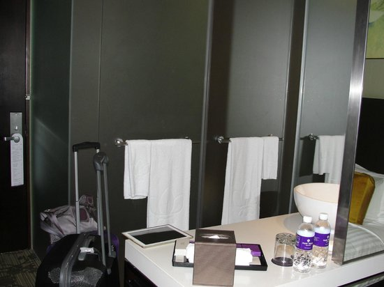 Park Regis Singapore:                   Separate shower and toilet