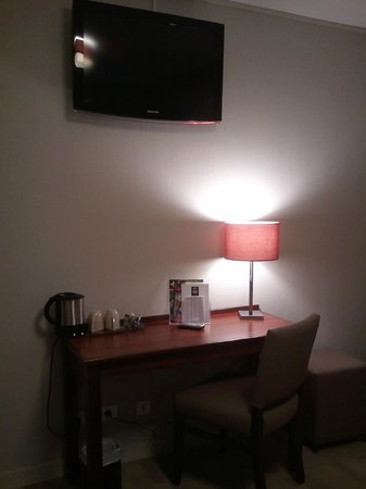 Classics Hotel Parc des Expositions :                                     Vue de la chambre et TV écran moyen