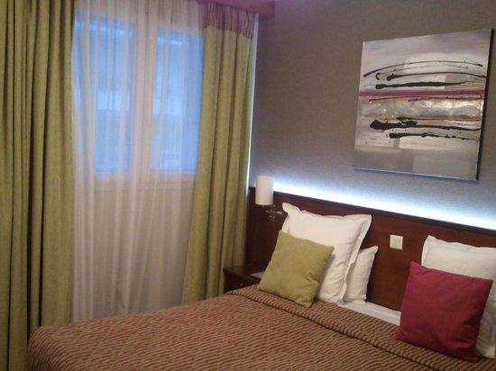 Classics Hotel Parc des Expositions:                                     Vue de la chambre (lit et fenêtre)