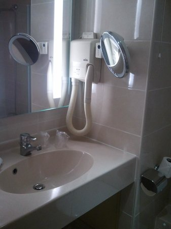 Classics Hotel Parc des Expositions:                                     Vasque de la salle de bains