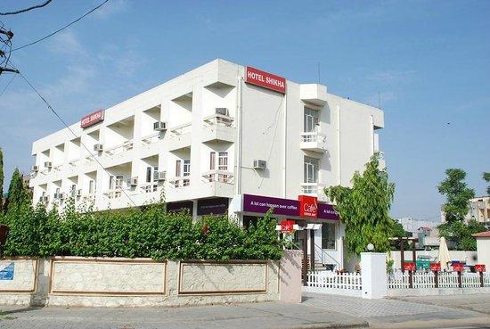Hotel Shikha: HOTEL EXTERIOR