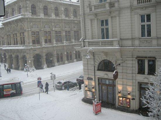 Opera Suites:                   odadan ana cadde görüntüsü