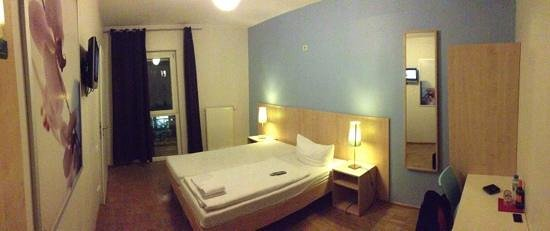 MEININGER Hotel Berlin Alexanderplatz:                   Room 304 (twin / accessible)