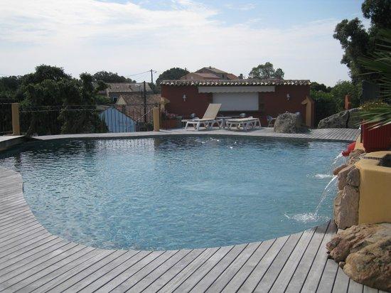 Le Roc e Fiori Hotel : La piscine et son bar-restaurant