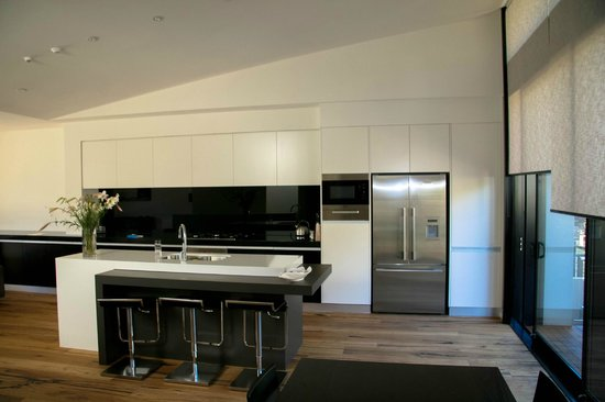 Lakeshore Springs :                                     Well equipped, gourmet Kitchen