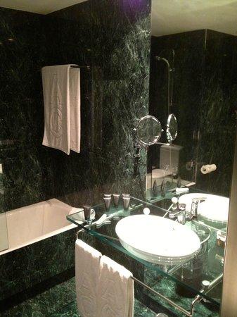 https://media-cdn.tripadvisor.com/media/photo-s/03/8c/e4/9f/ac-hotel-madrid-feria.jpg