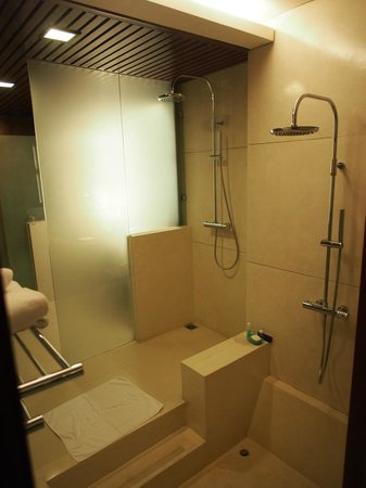 Bath with Two Showers and Sunken Tub - Picture of Novotel Nha Trang ...