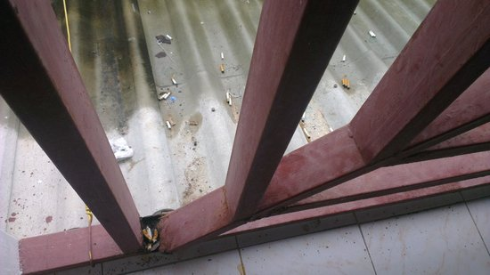เคเฮาส์ 2:                   Broken and filthy rails right next to our room !