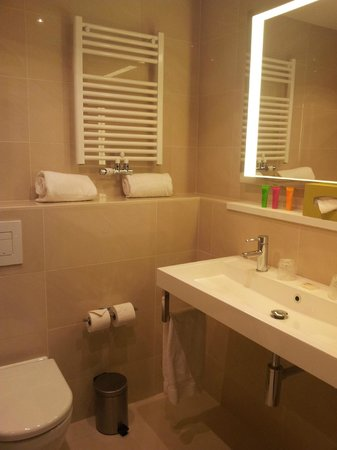 Thon Hotel EU:                   spacious bathroom