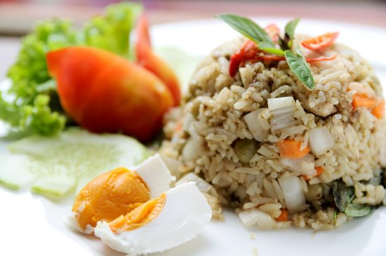 Feung Nakorn Balcony Rooms & Cafe: Chicken green curry fried rice with salted egg