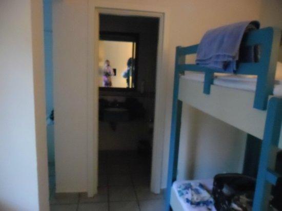Bodrum Park Resort: chambre en bungalow : entré de la salle de bain et lit superposé a droite, a gauche chambre lit