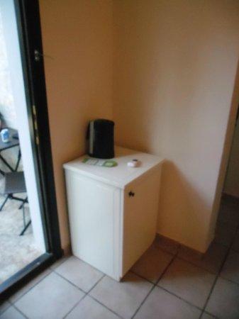 Bodrum Park Resort: chambre en bungalow : mini frigo a l'entré