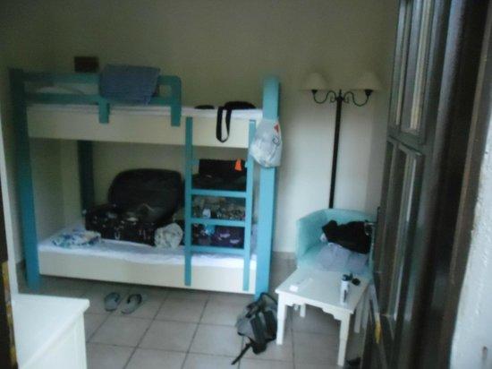 Bodrum Park Resort: chambre en bungalow : lit superposé a l'entré de la chambre