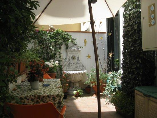 Salerno Centro Bed and Breakfast:                   パティオに面したテラス。朝食をこのテラスで食した。近所の窓から家族の会話が聞こえる。イタリアの地方都市の生活の香りを楽しんだ