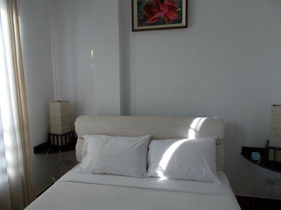 Avalon Hotel:                                     客室はかなり狭いですが、清潔です