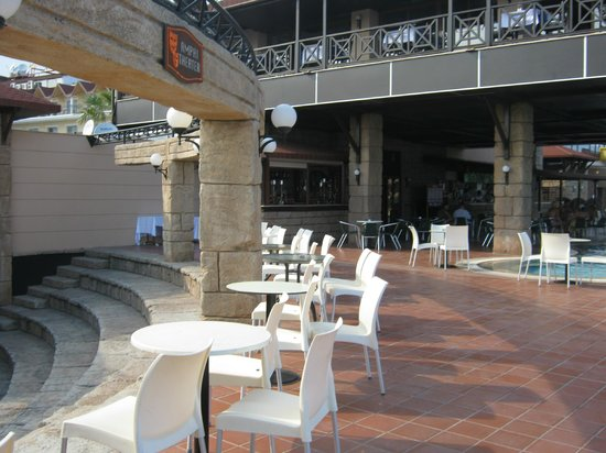 Armas Labada Hotel :                   Amphitheatre and bar/pool area