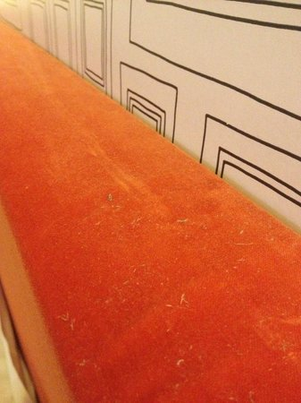 Manorhaus Ruthin:                   Dust on top of headboard