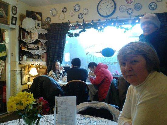 Clarinda's Tea Room:                   уютно