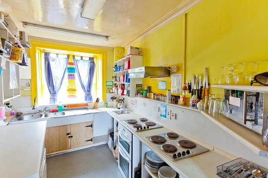 Inverness Student Hotel: Our sunny self catering kitchen
