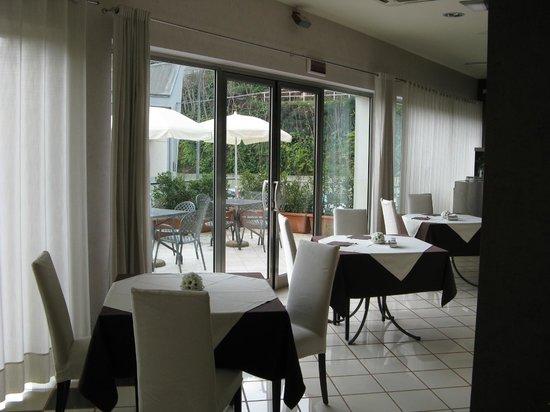 Hotel Principe d'Aragona: I Tavoli Apparecchiati al Bar per le colazioni