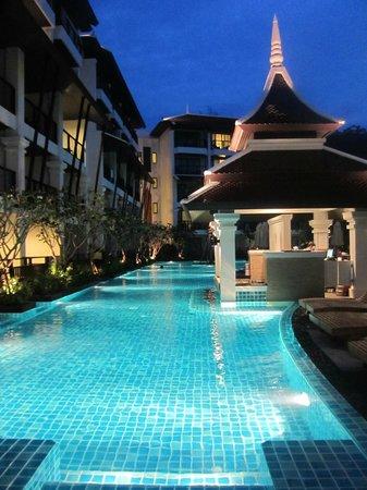 Centara Anda Dhevi Resort and Spa:                   Zijkant van het zwembad en poolbar                 