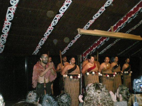 Pueblo maorí Tamaki:                   Traditional entertainment in the Marae