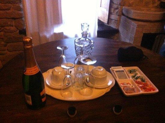 Il Cantico della Natura:                   tavolo con prosecco di benvenuto
