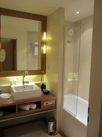 Melia Berlin:                   バスルームも清潔で広いです。
