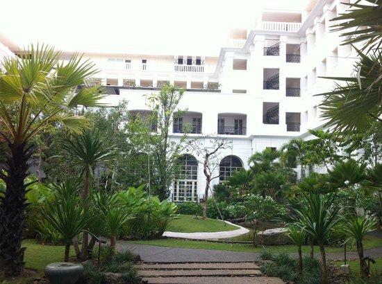 เดอะ ดันนา ลังกาวี มาเลเซีย:                   hotel rooms surrounding a central garden with waterfall
