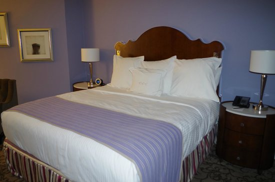 The Peabody Memphis :                   Room 1114 Bed - Metal on headboard are reading lights!