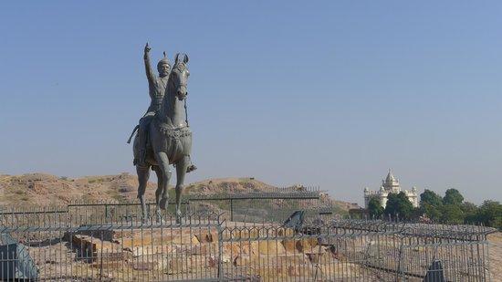 Rao Jodha Ji Statue - Jaswant Thada in the background