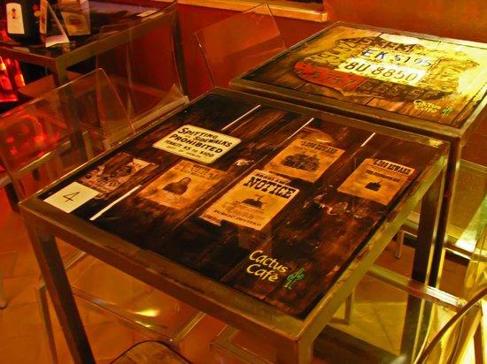Cactus Cafe: particolare, tavoli artistici