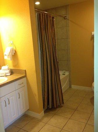 Holiday Inn Club Vacations At Orange Lake Resort:                   bathroom in one bedroom lock off in river island