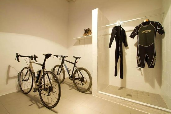 Tiagua 81: Bike and surfboard room with washdown shower