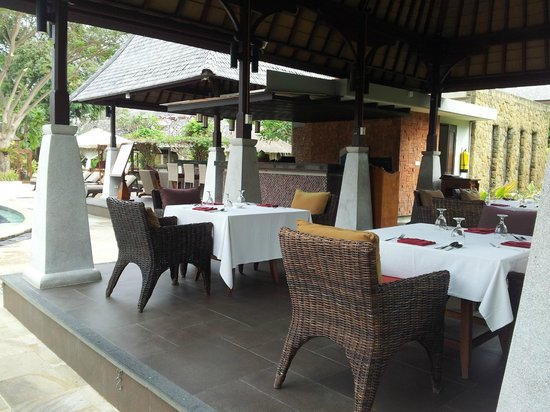 Rama Beach Resort and Villas:                                     Pool dining area                                  