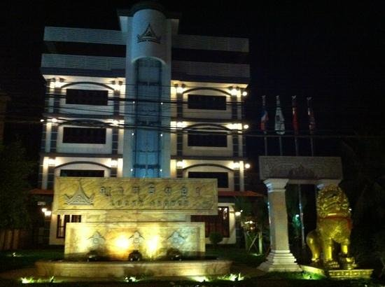 Lucky Angkor Hotel:                                     hotel front gate