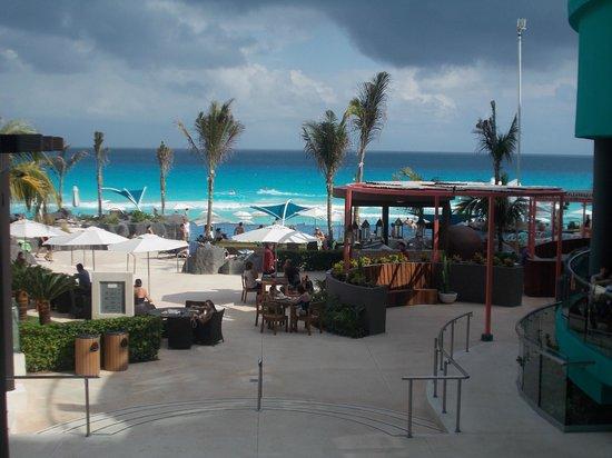 Hard Rock Hotel Cancun:                   Vista da praia e piscina no caminho de um dos restaurantes