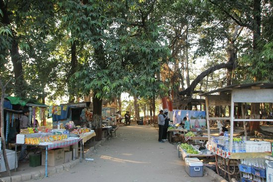 Vadodara, Indien:                   Hawkers encroaching the entrance of Kabirvad