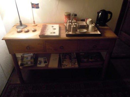 Galleri :                   Tavolino nel corridoio
