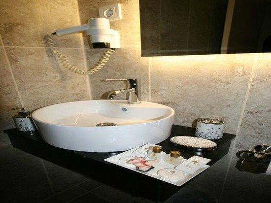Maya Hotel: bath1