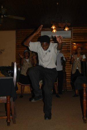 بوشلاندز جيم لودج:                                     Tanz und Gesang für die Gäste                             