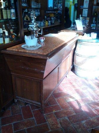 Cantina del Convento : Il bancone con la macchina da thè
