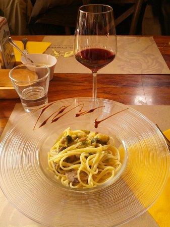 Cantina del Convento : Un calice di vino ottimo e piatto di pasta ai funghi