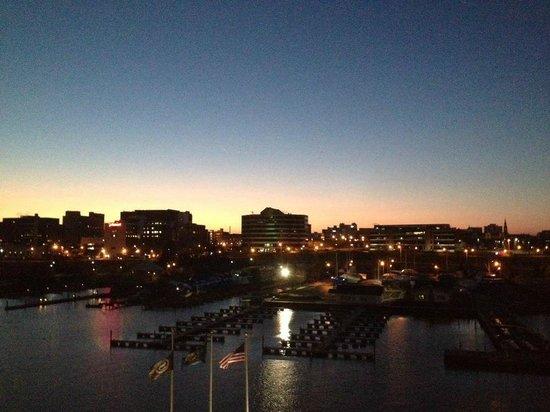 شيراتون إري باي فرنت هوتل:                   Sunrise over downtown Erie from our room                 
