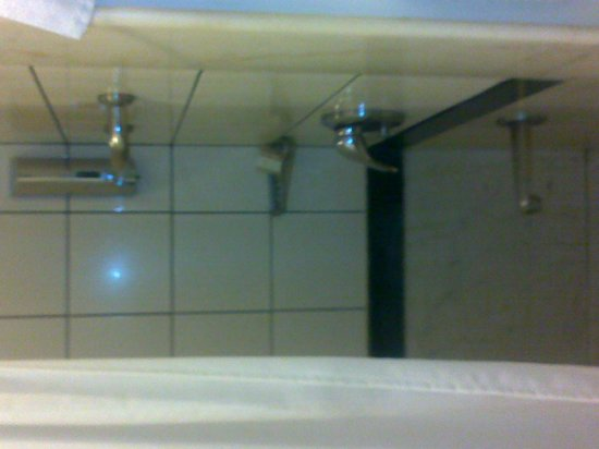 Lemon Tree Hotel, Udyog Vihar, Gurgaon:                   Bathroom view