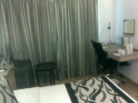 Lemon Tree Hotel, Udyog Vihar, Gurgaon:                   room 1