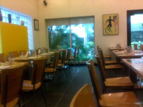 Lemon Tree Hotel, Udyog Vihar, Gurgaon :                   Restaurant overlooking the garden