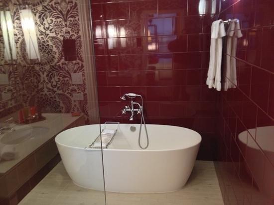 Kimpton Hotel Monaco Philadelphia:                   bath